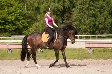 Mädchen reitet auf ihrem Pferd