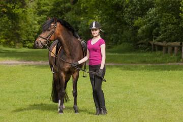 Mädchen steht neben ihrem Pony