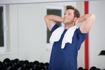 zufriedener mann im fitnessstudio