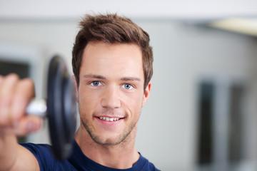 mann mit hantel im fitnessstudio
