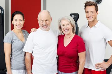 lachende Gruppe im Fitnessstudio
