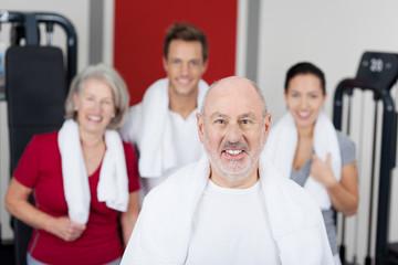 lächelnder älterer mann im sportstudio