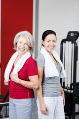 mutter und tochter im fitnessstudio