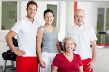 lächelnde gruppe im fitnessstudio