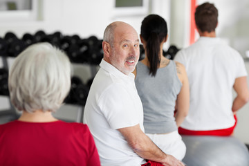 senior im fitnesskurs