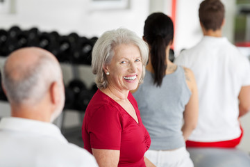 seniorin trainiert im fitnessstudio