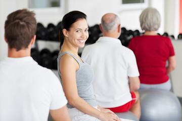 lächelnde frau im fitnessstudio