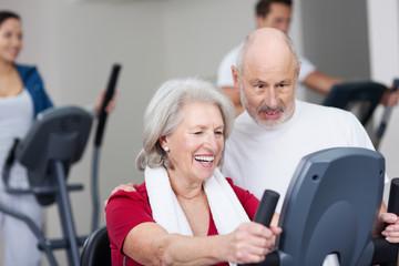 senioren trainieren im sportstudio