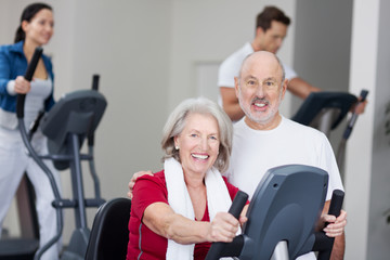 älteres ehepaar im fitnessstudio