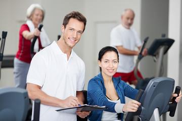 trainer im fitnessstudio