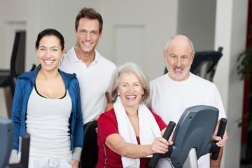Glückliche Gruppe im Fitnessstudio