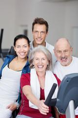 gruppe im fitnessstudio