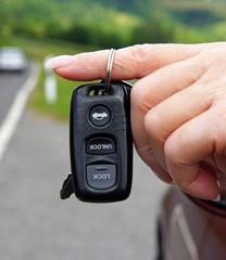 Autoschlüssel mit Hand