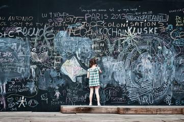 petite fille et tableau noir à paris-plage 2013