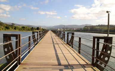 Paseo de madera sobre la Ría de Navia, Asturias