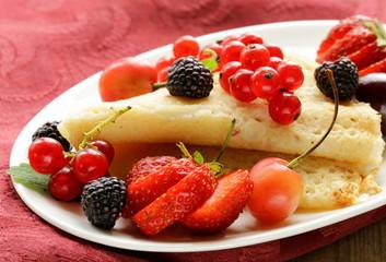 Fototapeta premium cienkie naleśniki (naleśniki) z brzoskwiniami i sosem czekoladowym