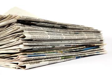 Zeitungen auf einem Stapel auf weiß isoliert