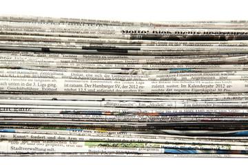 Zeitungen auf einem Stapel Ausschnitt
