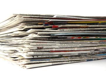Zeitungen von der Seite auf weiß isoliert