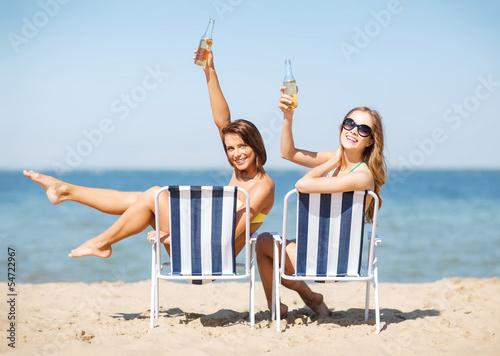 Молоденькая девушка веселится и позирует на курорте  142022
