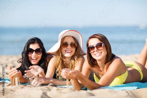 Бойфренды фотографируют подружек отдыхая у моря  230811
