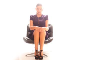hübsches Model auf einem Stuhl