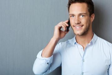 lächelnder mann telefoniert mit handy