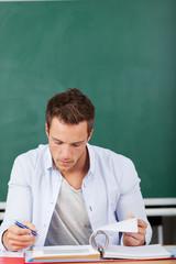 student liest in den unterlagen