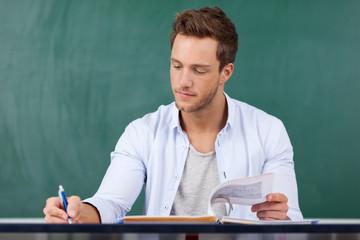 student schreibt mit