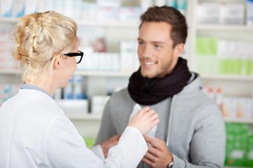 mann kauft medikament in der apotheke