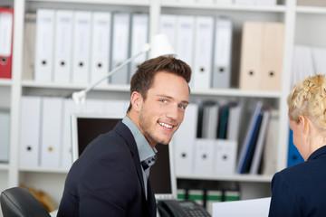 gut aussehender mann im büro
