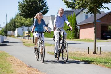 Älteres Ehepaar fährt Rad