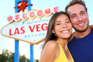 Wall Mural - Las Vegas tourist couple at Las Vegas sign