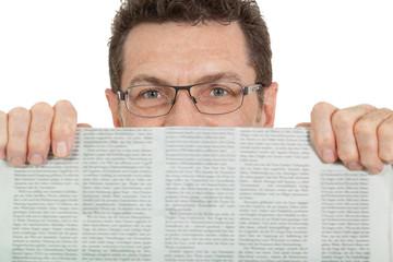 erwachsener geschäftsmann mit brille und zeitung isoliert