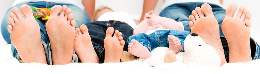Fußportrait einer jungen Familie