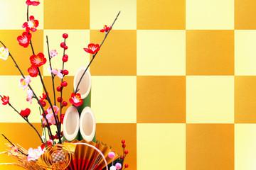 金色の市松模様の屏風と門松
