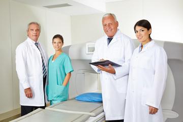 Ärzte-Team in der Radiologie