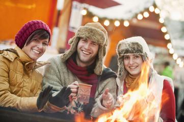 Österreich, Salzburg, Mann und Frau am Feuer, Weihnachtsmarkt