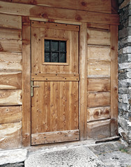 porta rustica  di legno per un ingresso