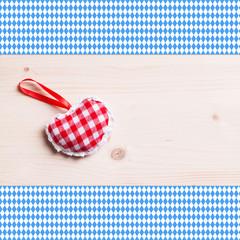 Herz auf Tisch mit Rautentischdecke