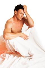 uomo sul letto
