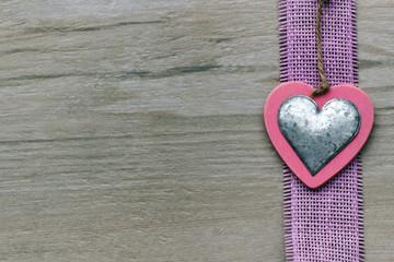 Herz auf Holzhintergrund