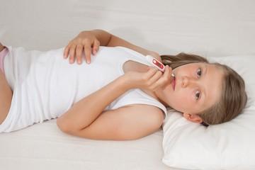 Kind liegt mit Fieber im Bett