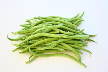 botte d'haricots verts crus sur fond blanc