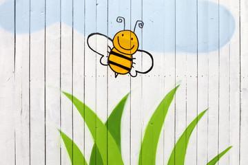 Honigbiene auf weiße Holzwand gemalt