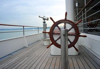 Steuerrad und Fernrohr auf Schiff