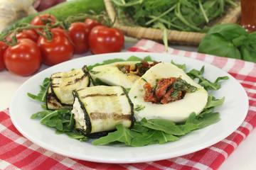 Zucchiniröllchen und gefüllter Mozzarella