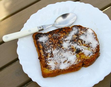 pain perdu,dessert sucré dans assiette