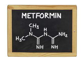 chemische Strukturformel von Metformin auf einer Schiefertafel