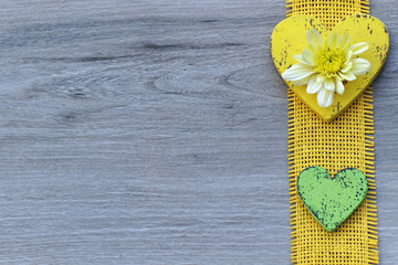 Zwei Herzen mit Chrysantheme
